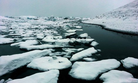 - jökulsárlón glacier lagoon's pretty snow-covered floating icebergs -